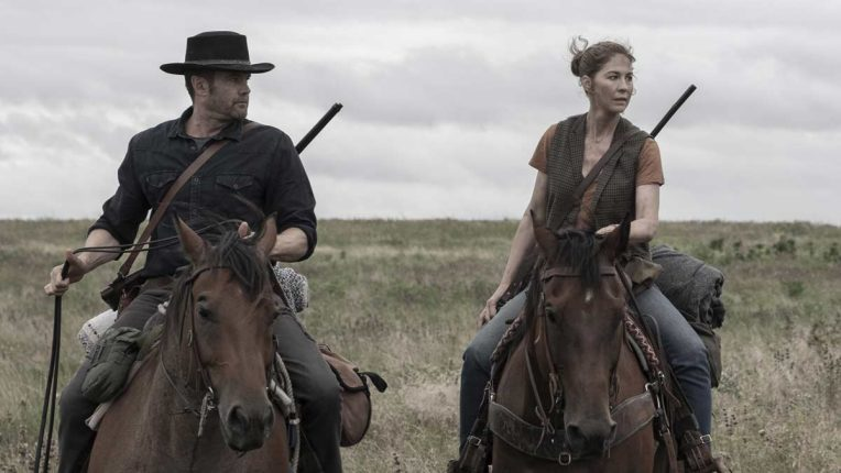 Garrett Dillahunt and Jenna Elfman riding horses in Fear the Walking Dead