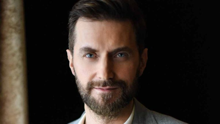 Richard Armitage poses for Stay Close on Netflix